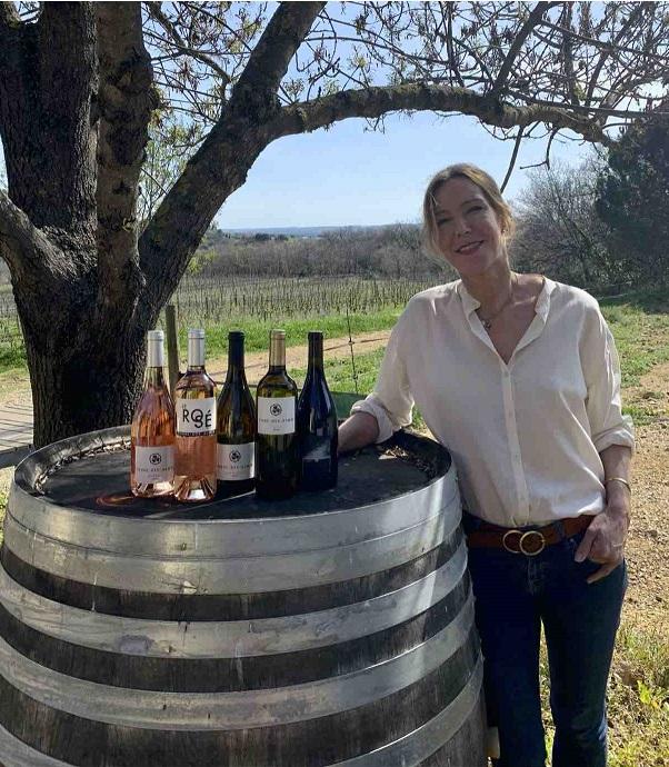 Lidewij dans le vignoble Terre des Dames - tonneau de vin